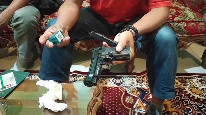 Geger Kepsek Bawa Pistol saat Diskusi di Garut, Komisi X DPR: Tak ...