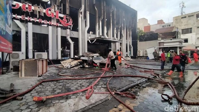 Kebakaran hebat melanda toko Candi Elektronik di Jalan Slamet Riyadi, Solo, Selasa (9/6/2020). Bangunan di jalur utama perdagangan Solo tersebut ludes terlalap api.