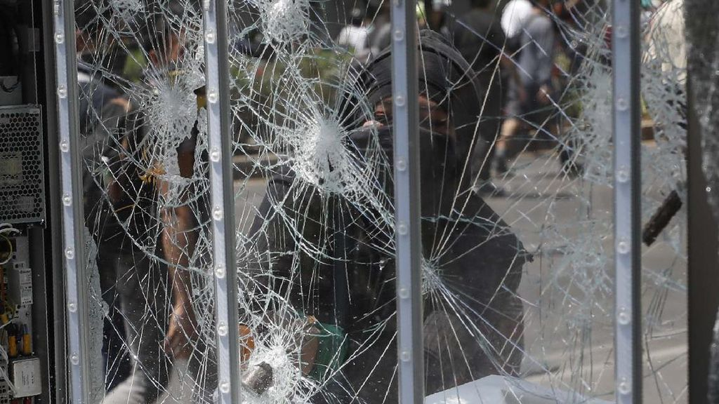 Protes Kekerasan Polisi, Warga Meksiko Rusak Patung dan Toko