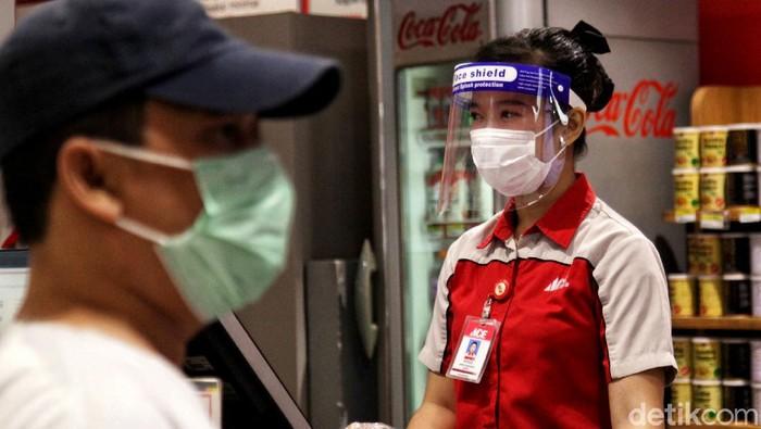 Sejumlah protokol kesehatan diterapkan di toko ritel Ace Hardware yang berada di kawasan Jakarta. Hal itu dilakukan sebagai persiapan untuk hadapi new normal.