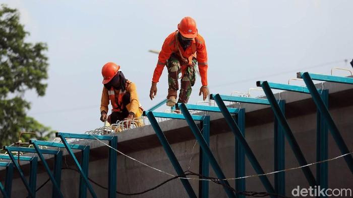 Pekerja melakukan proses pembangunan fly over Cakung, Jakarta Timur, Selasa (9/6/2020). Dinas Bina Marga sedang mengerjakan tiga flyover dan satu underpass. Keempat proyek, yakni flyover Tanjung Barat dengan anggaran Rp163 miliar, flyover Cakung Rp261 miliar, flyover Lenteng Agung-IISIP Rp143 miliar dan underpass Senen Rp169 miliar.