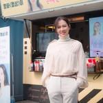 Pose Menggemaskan Wanita Tercantik di Dunia Son Ye Jin di Depan Food Truck