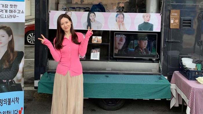 Son Ye Jin Jadi Wanita Tercantik di Dunia Kerap Berpose di depan Food Truck