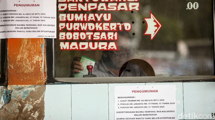 Memasuki PSBB transisi terminal Kalideres belum dibuka untuk bus antar kota antar provinsi. Calon penumpang pun terpaksa gigit jari.