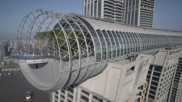 The Crystal membentang 350 meter melintasi empat gedung pencakar langit. Jajaran delapan gedung ini yang membentuk Raffles City Chongqing.