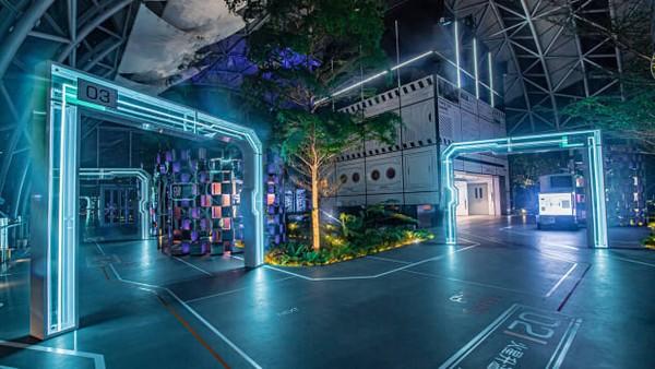 Exploration Deck membentang seluas lebih dari 1.500 meter persegi. Raffles City Chongqing bekerja sama dengan National Geographic untuk membuat pameran bertema eksplorasi.