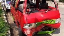Angkot Oleng Tabrak Pembatas Jalan di Jakut, 3 Penumpang Terluka