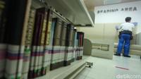 Setiap sudut ruangan di area Perpustakaan Nasional dibersihkan oleh para petugas.