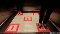 Tak hanya di ruangan yang berada di area Perpustakaan Nasional, penerapan jaga jarak juga dilakukan di dalam lift.