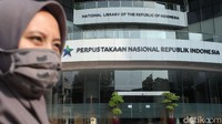 Seorang warga tengah melintas di kawasan Perpustakaan Nasional (Perpusnas), Jakarta, Rabu (10/6/2020).
