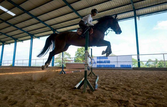 Atlet berkuda belia, M. Akbar Kurniawan yang akrab disapa Aan, tetap semangat dan fokus menjalani latihan di tengah pandemi COVID-19. Ia mengejar ajang Youth Olympic 2022 di Senegal.