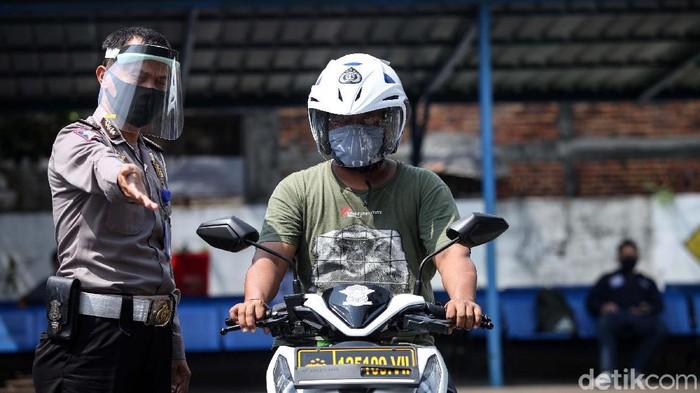 Di tengah pandemi COVID-19, ujian praktek pembuatan SIM di Satpas Daan Mogot, tetap dilakukan. Ujian dilakukan dengan protokol kesehatan.