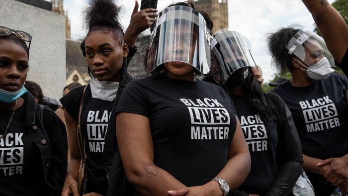 LONDON, ENGLAND - JUNE 09: Protesters with personal protective equipment (PPE) are gathering in Parliament Square to commemorate the life of George Floyd at 5pm, the time when his body will be laid to rest in Houston, Texas, where he grew up, on June 09, 2020 in London, United Kingdom. The death of an African-American man, George Floyd, while in the custody of Minneapolis police has sparked protests across the United States, as well as demonstrations of solidarity in many countries around the world. (Photo by Dan Kitwood/Getty Images)