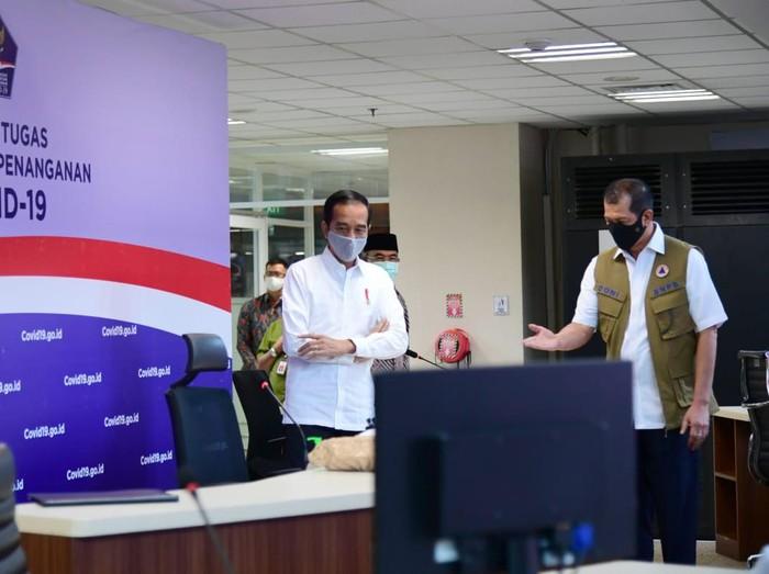 Ketua Gugus Tugas Percepatan Penanganan COVID-19 Doni Monardo mendampingi Presiden Jokowi di kantornya.