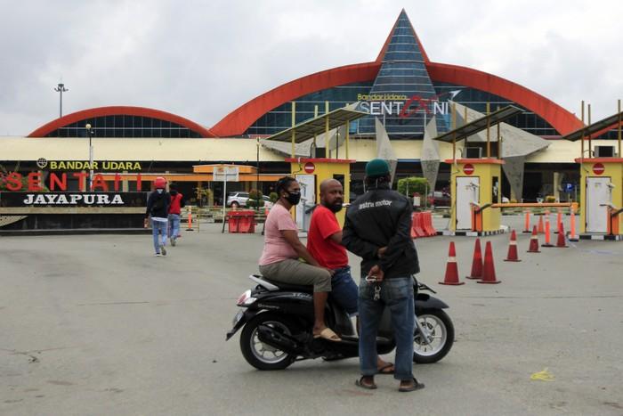 Bandara Sentani di Jayapura, Papua, kembali dibuka untuk umum. Diketahui, bandara itu sebelumnya ditutup guna cegah penyebaran COVID-19.