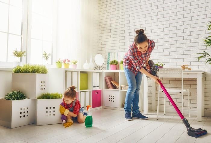 Ilustrasi anak membersihkan dan merapikan rumah