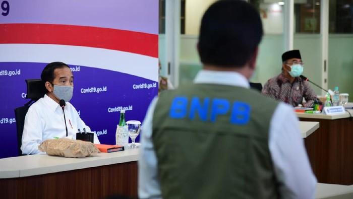 Presiden Jokowi menyambangi kantor Gugus Tugas Percepatan Penanganan COVID-19 di Jakarta.