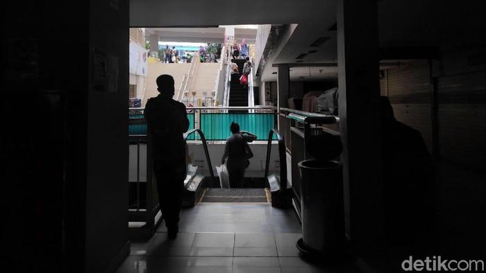 Sejumlah warga beraktivitas di Pasar Mayestik, Jakarta. Aktivitas jual-beli di pasar itu tak seramai biasanya karena sejumlah toko masih tutup imbas PSBB.