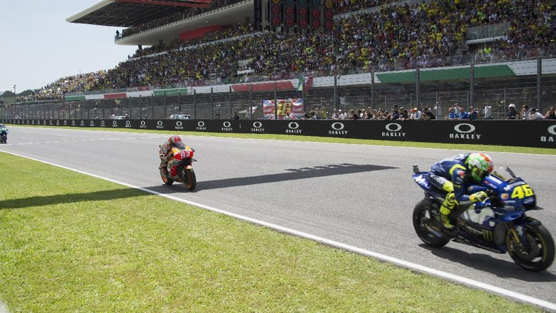SCARPERIA, ITALY - JUNE 03:  Valentino Rossi of Italy and Movistar Yamaha MotoGP leads the field during the MotoGP race during the MotoGp of Italy - Race at Mugello Circuit on June 3, 2018 in Scarperia, Italy.  (Photo by Mirco Lazzari gp/Getty Images)