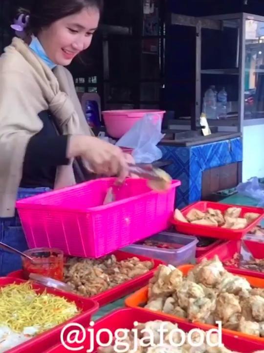 Penjual Gorengan Cantik, Yossy Kartika