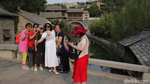 Pengunjung mulai datang dan berfoto di Gubei Water Town.