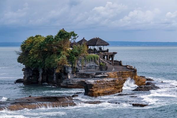 Mitos yang sama juga dimiliki Tanah Lot di Bali. Di sana terdapat pura yang dijaga ular dan bila ke sana bersama pasangan, hubungan asmara akan putus. ( Isimewa/ dok.tripcetera.com/Made Caesario on Unsplash)