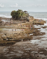 Tanah Lot tidak hanya memiliki dua pura, Pura Luhur Tanah Lot dan Pura Batu Bolong, tetapi banyak pura yang ada di sekitarnya. Isimewa/dok.tripcetera.com/Made Caesario on Unsplash