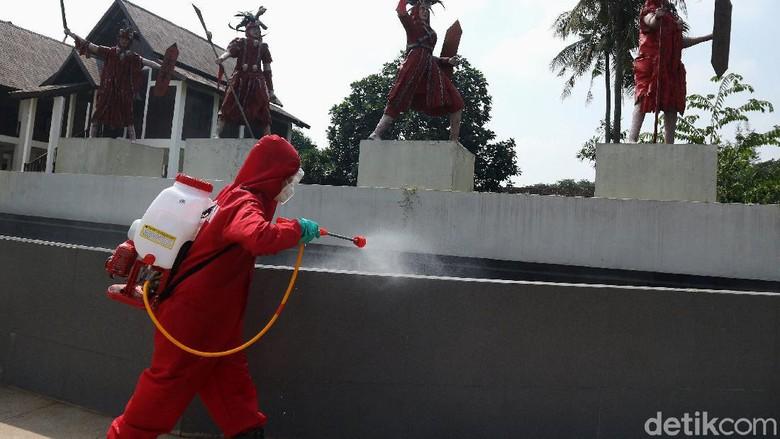 Petugas pemadam kebakaran melakukan penyemprotan disinfektan di Kawasan Taman Mini Indonesia Indah, Jakarta, Rabu (10/6/2020). Penyemprotan ini dilakulan sebelum rencana pembukan kembali taman mini. Taman Mini Indonesia Indah akan membuka kembali pintunya bagi wisatawan. Rencananya, TMII akan dibuka pada 20 Juni 2020.