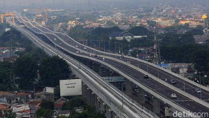 Jalan Tol Jakarta-Cikampek kembali beroperasi usai larangan mudik dan bali lebaran 2020. Berikut foto-foto suasana terkininya.