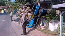 Video Truk Terguling Hantam Rumah di Sukabumi