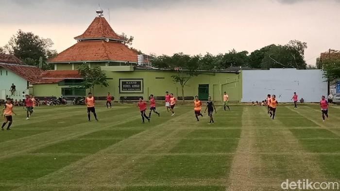Warga desa Teoloyo latihan sepak bola sambut new normal.