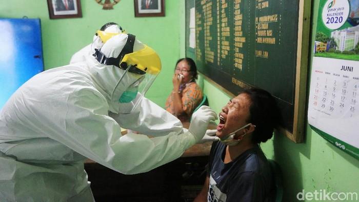Pegadang menjalani test swab PCR di Pasar Petojo Encek, Jakarta, Kamis (11/6/2020). Sebanyak 42 pedagang menjalani test swab pcr yang dilakukan oleh petugas kesehatan puskesmas kecamatan Gambir.