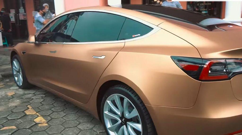 Obat Sedih Ashanty, Beli Tesla Model 3 Kelir Emas