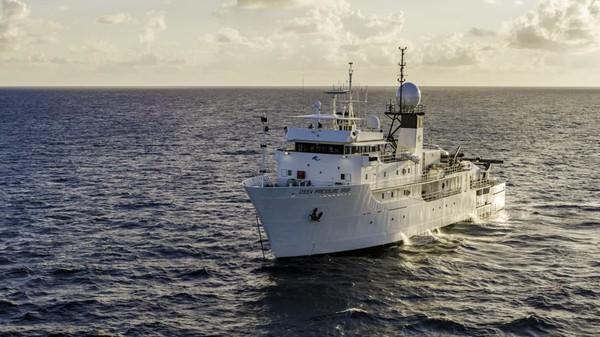Kapal induk, Drop Drop DSSV, di tengah Samudra Pasifik yang membawa alat dan tim ekspedisi penyelaman ke Palung Mariana.Hingga saat ini hanya ada delapan orang telah mencapai Challenger Deep, titik terdalam bumi.