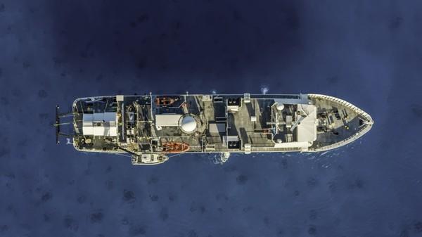 Guam adalah daratan terdekat Palung Mariana yakni berjarak 321 kilometer. Sullivan adalah orang pertama dari tiga penjelajah yang telah menyelesaikan misi selama sekitar 10 jam ini, dan dua lagi akan menyusul di minggu ini.