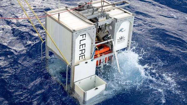 Sebelum tim menyelam, EYOS sudah mengirim alat ke dasar lautan untuk mengukur suhu, salinitas yang akan membantu ekspedisi di tempat gelap itu. Ini bukan kali pertama Limiting Factor mengunjungi Challenger Deep.