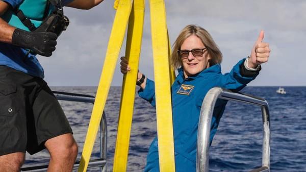 Dari ratusan orang yang pernah ke ruang angkasa, hanya satu yang telah mengunjungi keduanya yakni Kathy Sullivan ini.Ia tergabung dalam bagian dari perjalanan Ring of Fire Expedition yang diselenggarakan oleh EYOS Expeditions dan Caladan Oseanik.