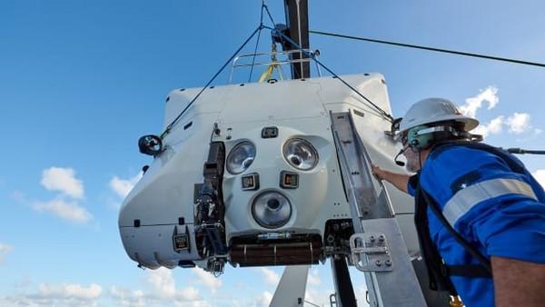 Para penjelajah ini menggunakan Triton Submarines. Kapal berbentuk bola titanium setebal 90 milimeter yang melindungi para penjelajah dari tekanan 2.200 metrik ton di dasar lautan.