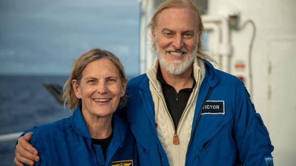 Sullivan dan Vescovo yang diundangEYOS dari tiga penjelajah pemberani yang disebut Mission Specialists. Mereka akan menjelajah ke dasar Palung Mariana di mana Challenger Deep berada.