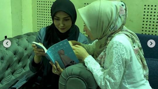 Bikin Adem! Potret Ayana Moon dan Seleb Indonesia
