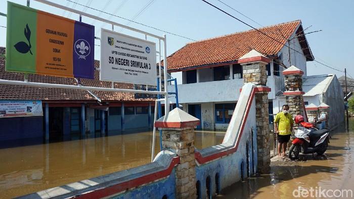 Banjir rob merendam SD Negeri Sriwulan 3 yang berada di Demak, Jateng. Diketahui, sekolah itu sudah terendam banjir selama tiga bulan lebih.
