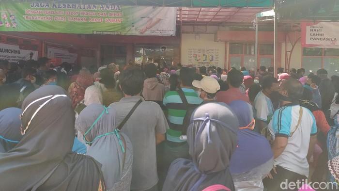 Demi mendapatkan bantuan langsung tunai (BLT), warga rela antri berjubel di Kantor Pos Jalan Sultan Agung Sidoarjo. Bahkan antrian sampai meluber ke pinggir jalan.