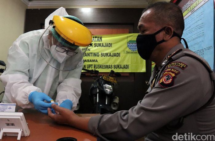 Belasan polisi di Bandung menjalani rapid test. Pemeriksaan itu diketahui digelar oleh Rumah Sakit Advent Bandung.