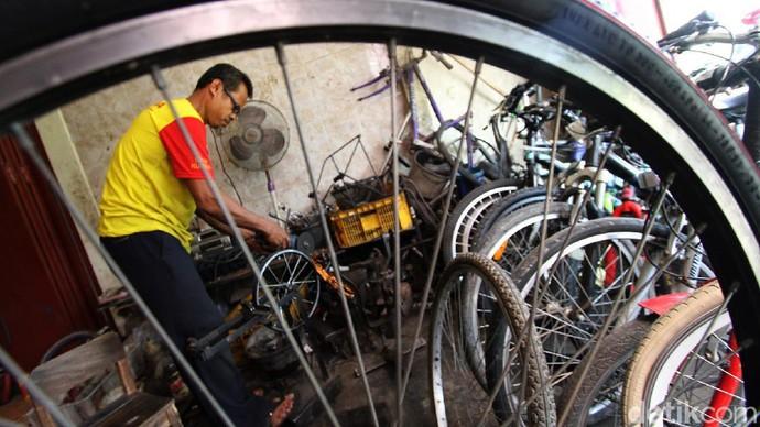 Bengkel reparasi sepeda mulai ramai di tengah pandemi Corona. Salah satunya bengkel milik Pak Min 2 di Sukoharjo, Jawa Tengah.