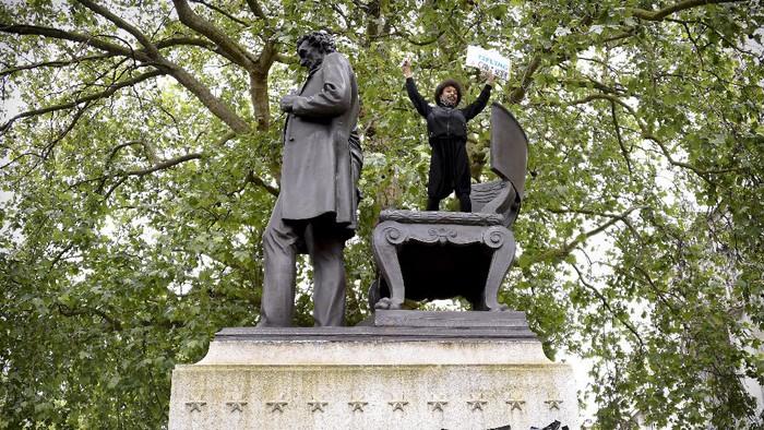 Kematian George Floyd picu gelombang protes anti-rasisme. Sejumlah patung tokoh terkenal pun jadi sasaran vandalisme saat gelaran aksi protes itu berlangsung.