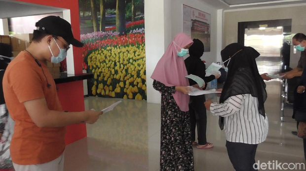 Dokter dan perawat di RS Pratama Wonomulyo Polman menari dan menyanyi saat melepas kesembuhan pasien Corona (Abdy Febriady/detikcom)