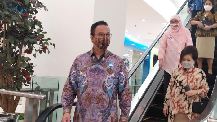 Gubernur DKI Jakarta Anies Baswedan mengecek kesiapan mal jelang dibuka saat masa PSBB Transisi 15 Juni.