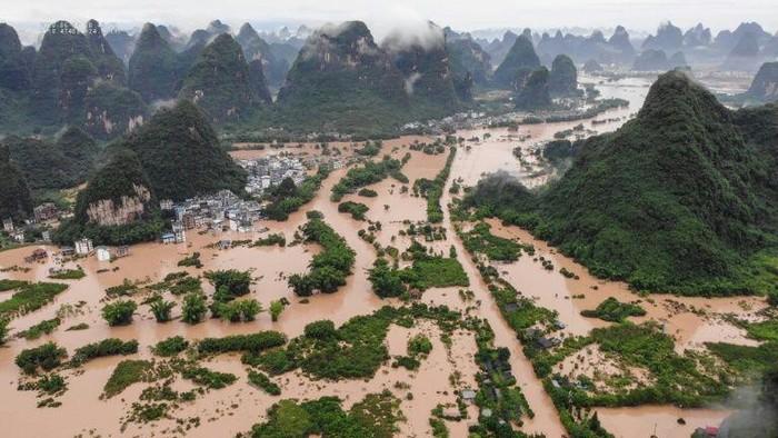 Kawasan China Selatan dilanda banjir dan tanah longsor (AFP Photo)