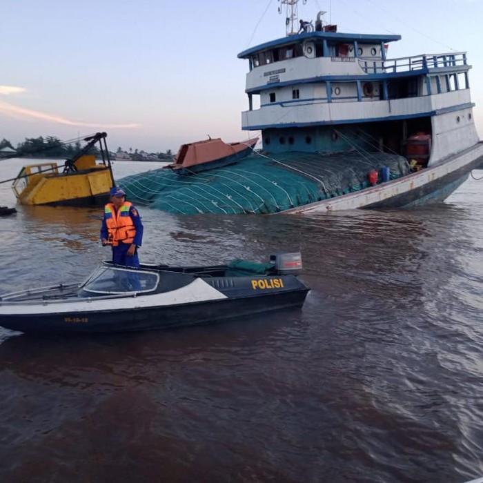 KLM Pembawa Pupuk Kandas di Sungai Kapuas