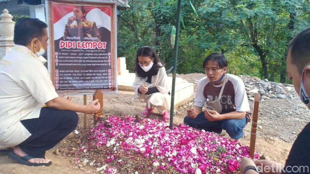Jelang 40 Hari Meninggalnya, Makam Didi Kempot Didatangi Banyak Peziarah